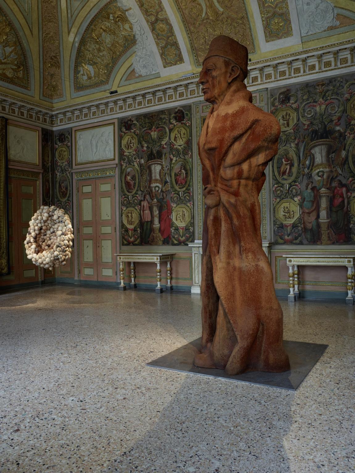 La Grande Madre Palazzo Reale Milano Sarah Lucas e Thomas Schutte foto Marco De Scalzi courtesy Fondazione Nicola Trussardi Milano