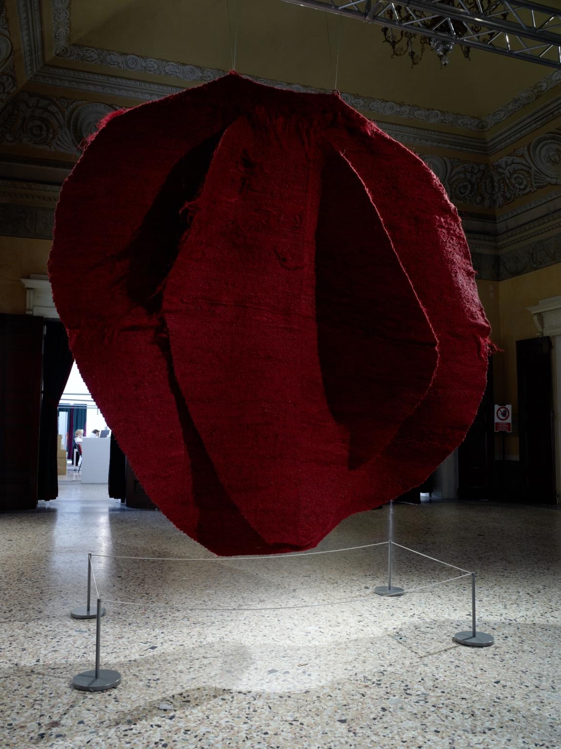 La Grande Madre Palazzo Reale Milano Magdalena Abakanowicz foto Marco De Scalzi courtesy Fondazione Nicola Trussardi Milano