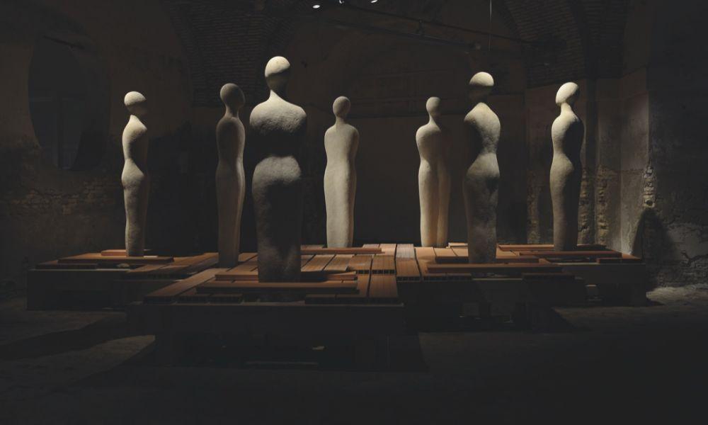 Fausto Melotti - La disputa dei sette savi di Atene Pietra di Viggiù, 1960 – 1962 /230x56x30 cm